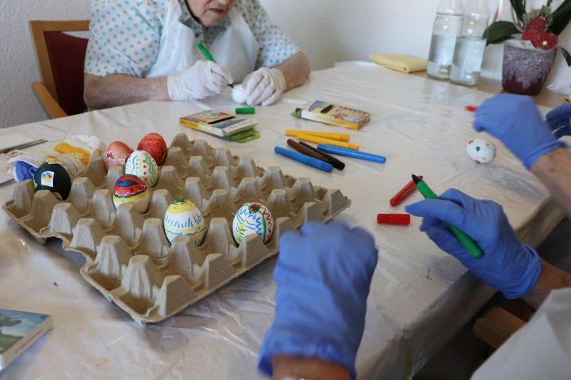 Ostereier-Färben auf den Abteilungen